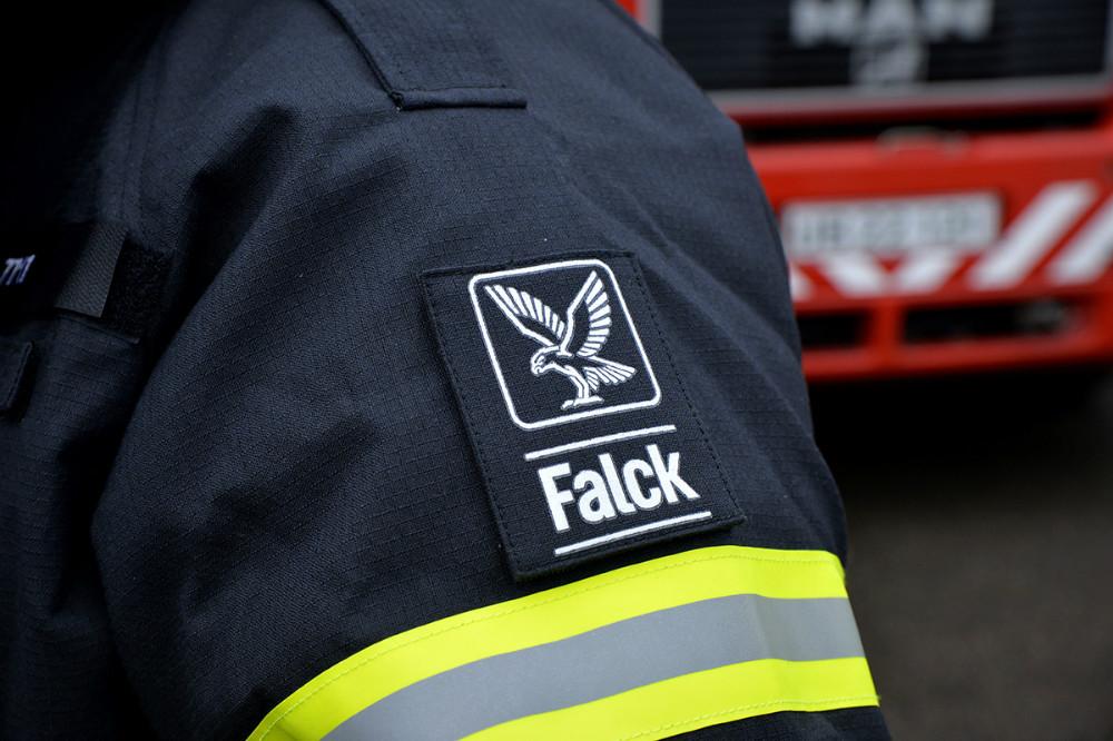 Der er dog blevet plads til et lille Falck logo på de nye branddragter. Foto: Jens Nielsen