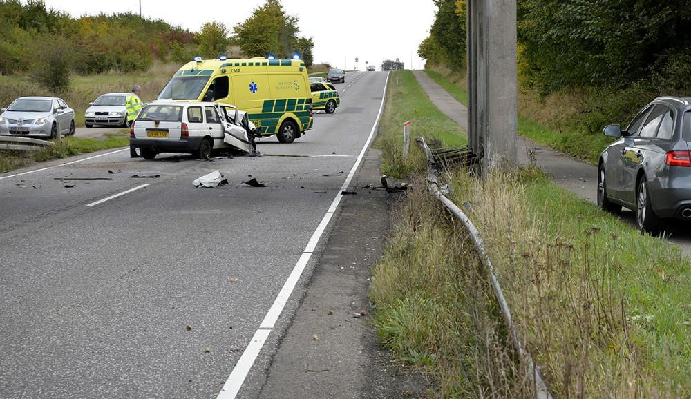 Bilen kørte på autoværnet inden den ramte bropillen. Foto: Jens Nielsen