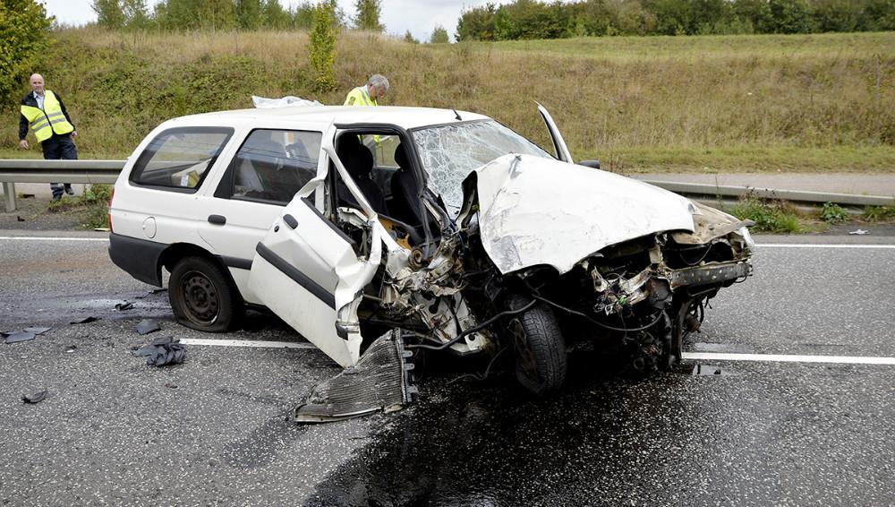 Den ældre Ford Escort blev knust da den ramte bropillen. Foto: Jens Nielsen