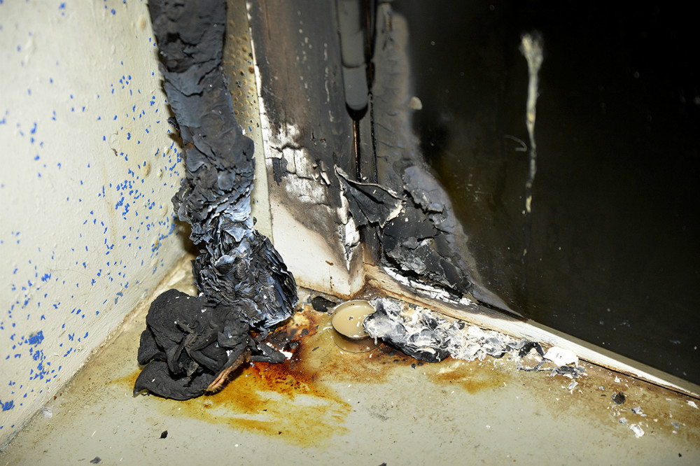 Der var anrettet et bål op af kælderdøren. Foto: Jens Nielsen