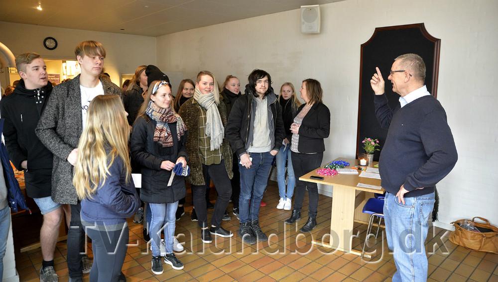 Svend Erik Autzen forklarede eleverne om selve valghandlingen. Foto: Jens Nielsen
