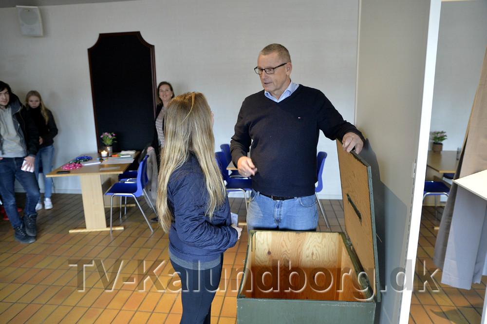 En elev undersøger om stemmeurnen er tom inden valget starter. Foto: Jens Nielsen