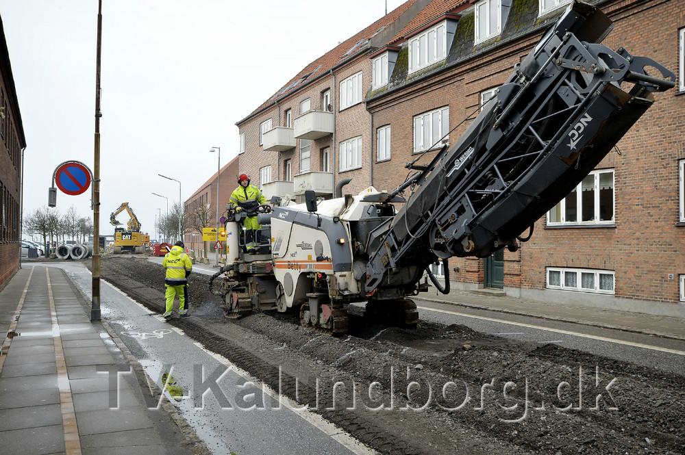En stor maskine har nu høvlet asfalten af i Vænget. Foto: Jens Nielsen