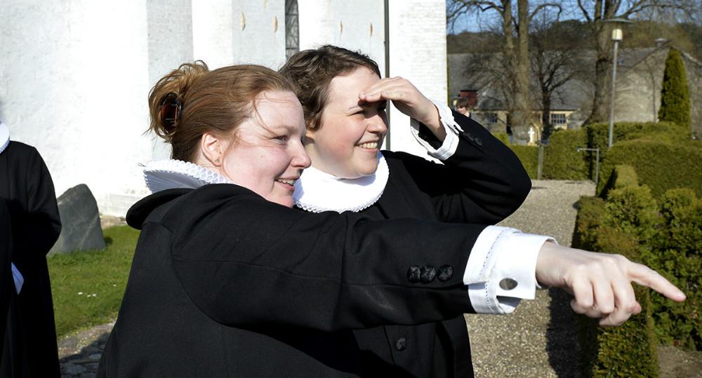Der ovre ligger Årby Kirke, forklarer sognepræst  Helga Tidemann Jensen til den nye Tømmerup præst. Foto: Jens Nielsen