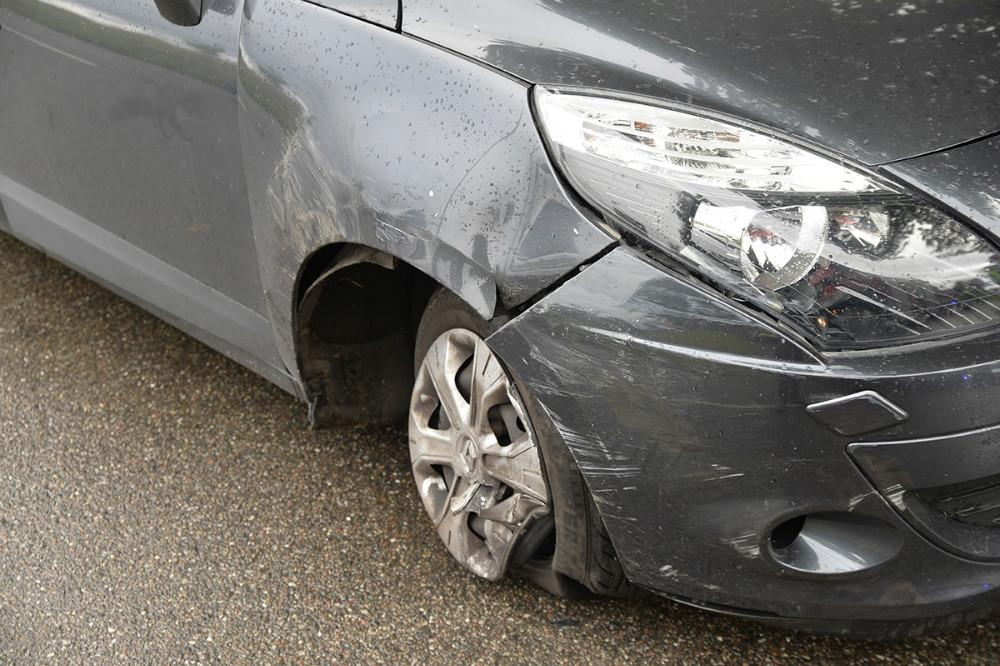 En parkeret personbil fik også skader. Foto: Jens Nielsen