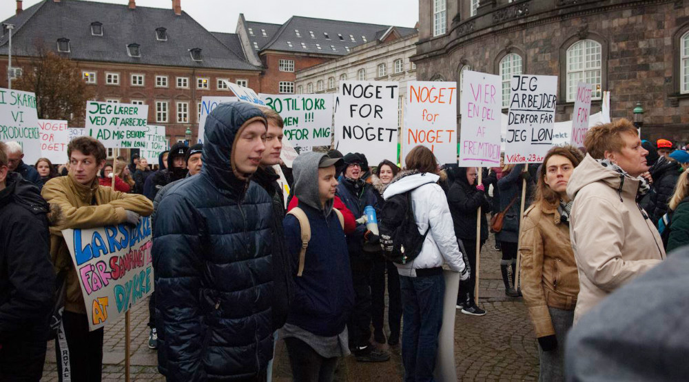 Elever fra landets produktionsskoler, herunder Kalundborgegnens Produktionsskole, demonstrerer på Christiansborg Slotsplads.
