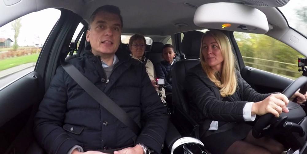 Jette Feldthaus i bilen sammen med sine to sønner samtMarianne Jelved (R) og Jan E. Jørgensen (V).