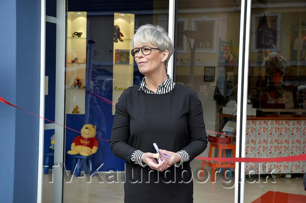 Anita Winther klippede snoren til Mødrehjælpens nye butik på Øen i Kalundborg. Foto: Jens Nielsen