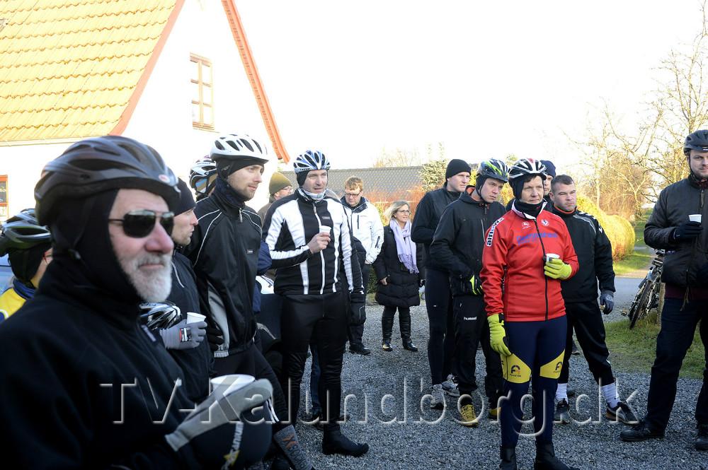 Der blev skålet i champagne inden turen gik rundt om Reersø. Foto Jens Nielsen