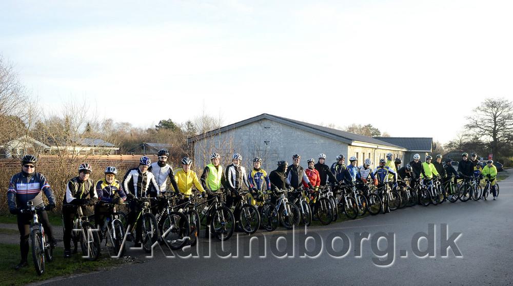 40 friske mountainbikeryttere klar til turen rundt om Reersø. Foto Jens Nielsen