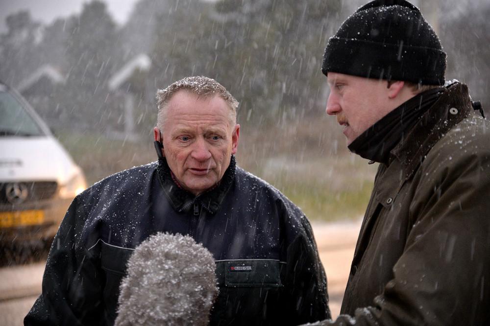 Formand for Dige- og Pumpelauget, Niels Erik Jensen, fortæller om diget til DR. Foto: Jens Nielsen
