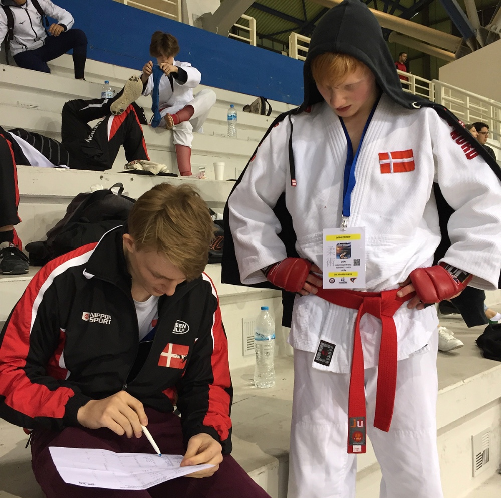 Holdkammeraten Lucas holder styr på, hvem Simon Dalsgaards næste modstander er.
