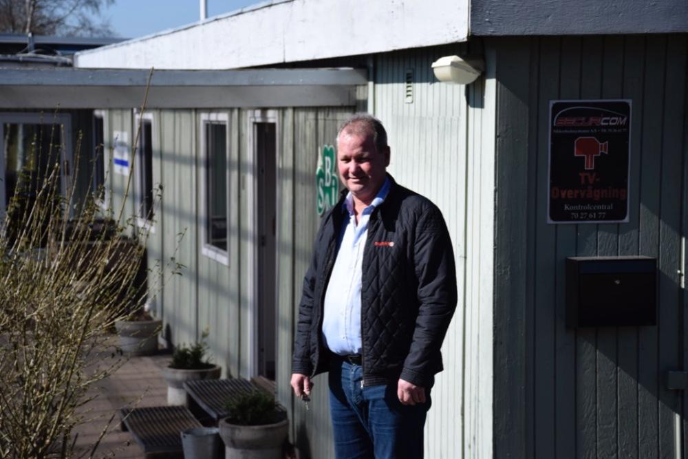 Formand for Støtteforeningen Old SBI,Steen Jensen, ved det gamle klubhus i Svebølle, der nu bliver klubhus for syv foreninger, og i øvrigt skal renoveres.