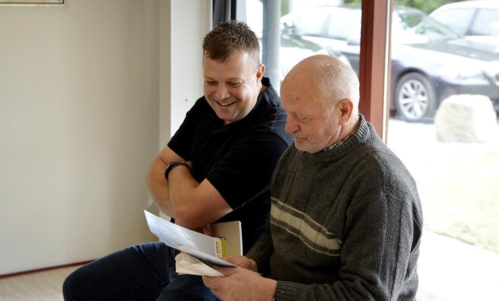 Tom Johansen fortæller en kunde om en varmepunpe. Foto: Jens Nielsen