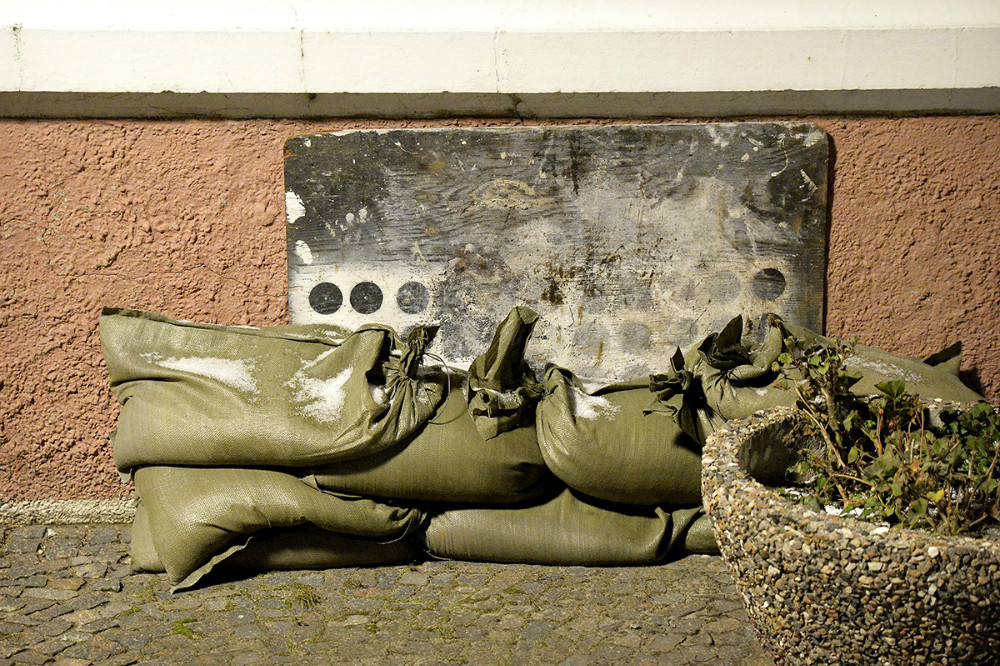Flere steder var døre og kældrevinduer sikret med sandsække. Foto: Jens Nielsen