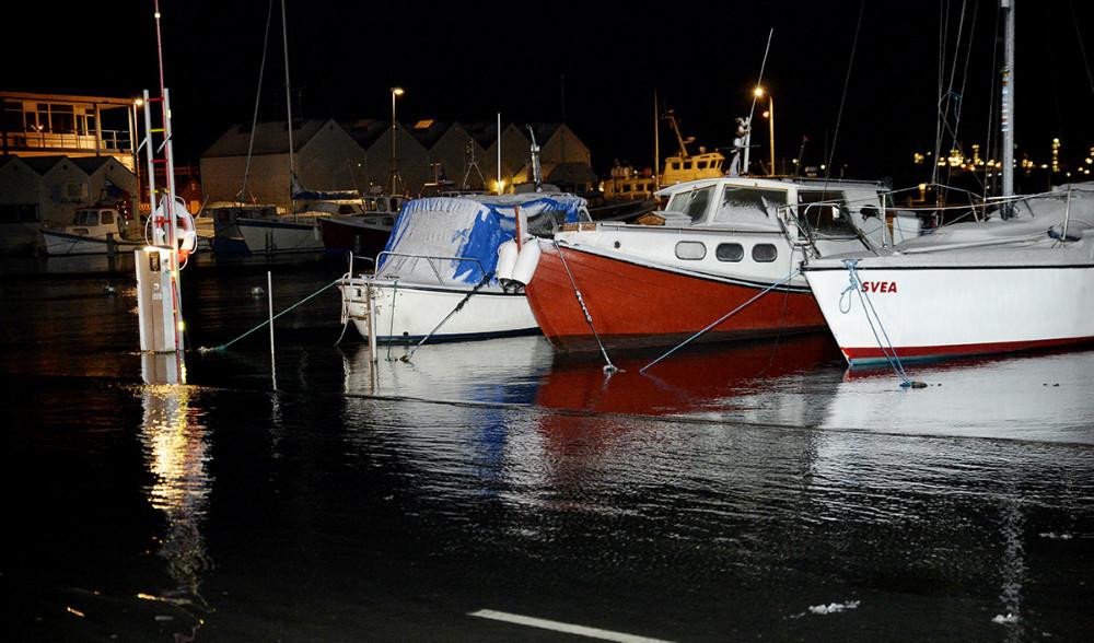 Vandet stod højt i Kalundborg Havn natten til torsdag og oversvømmede Vestre Havnevej. Foto: Jens Nielsen