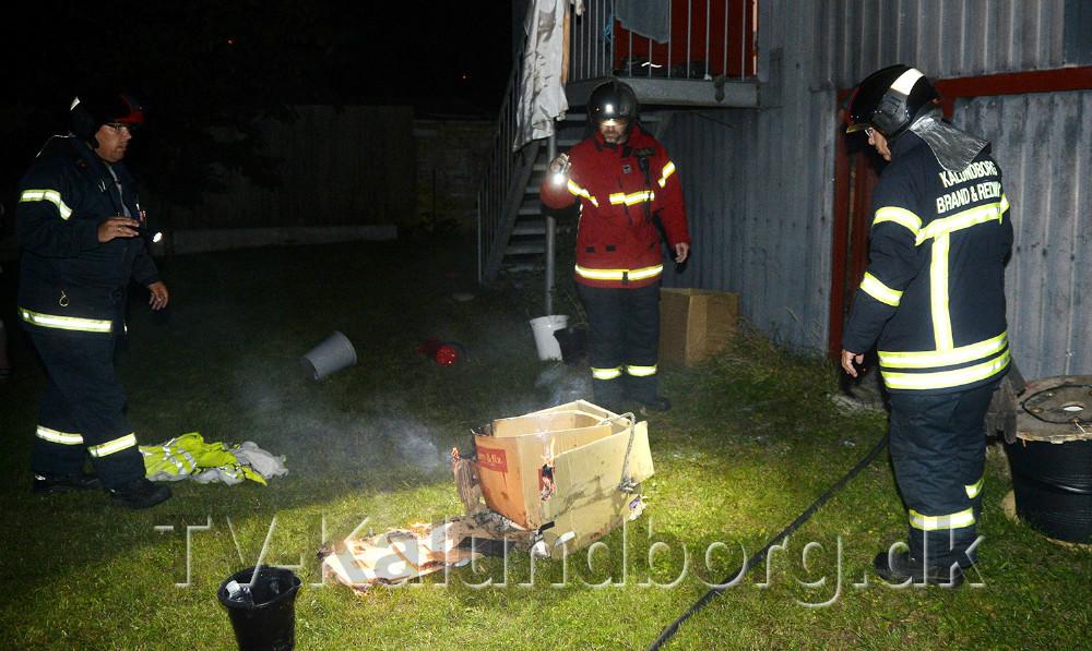 Mandskab fra Vestsjællands Brandvæsen fik hurtigt bugt med flammerne. Foto: Jens Nielsen