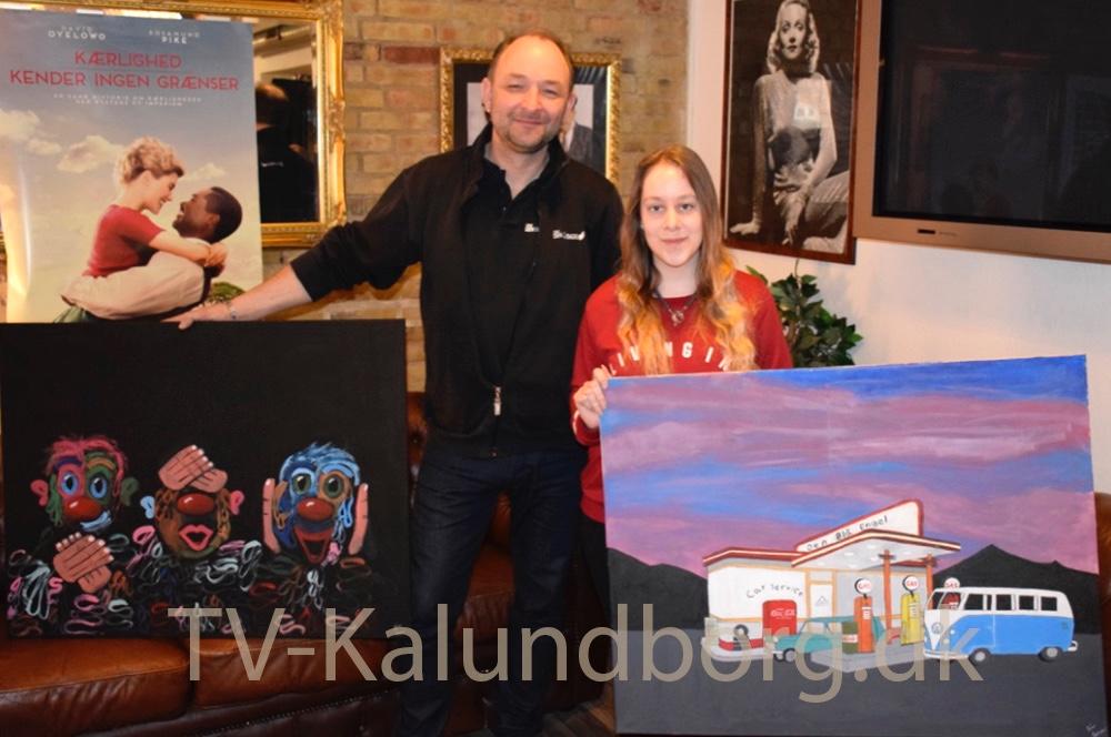Brian Sønder Andersen sammen medLine Sofie Skovgaard Larsen, der har doneret to af sine malerier påauktion, så Kino Den Blå Engel kan få flere penge til de nye stole til biografen.Foto: Gitte Korsgaard