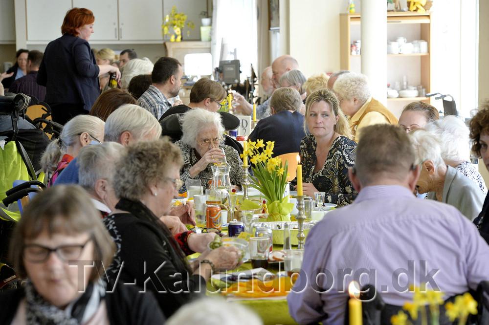 Beboere, pårørende og personale var tirsdag samlet til påskefrokost. Foto: Jens Nielsen