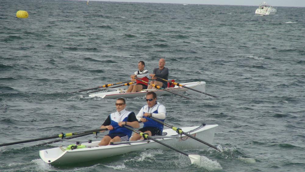 Kåre Mattesen og Aleksander Nygaard Hansen foran Ishøj båden. Foto: Kalundborg Roklub
