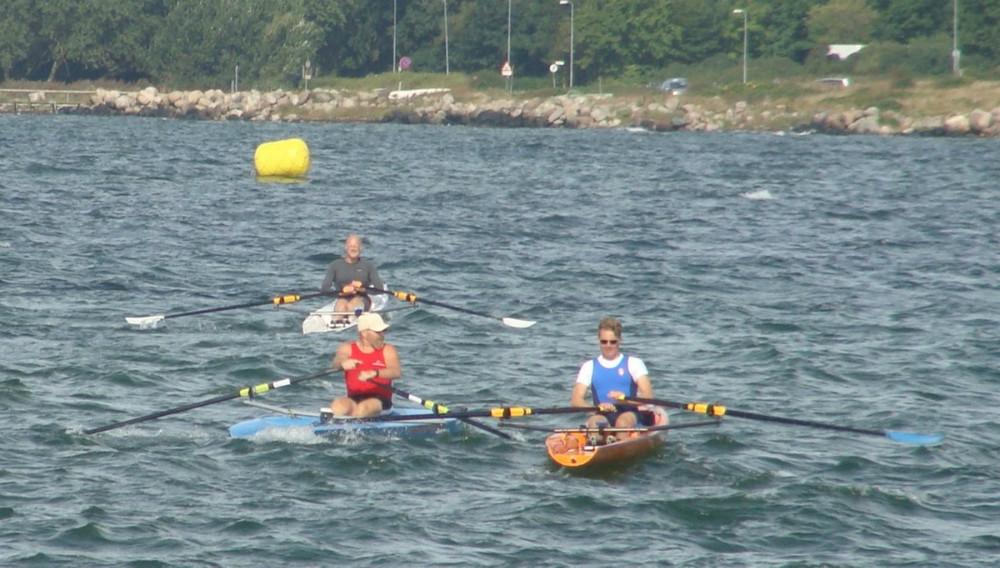 Kåre Mattesen i front mod første bøje. Foto: Kalundborg Roklub