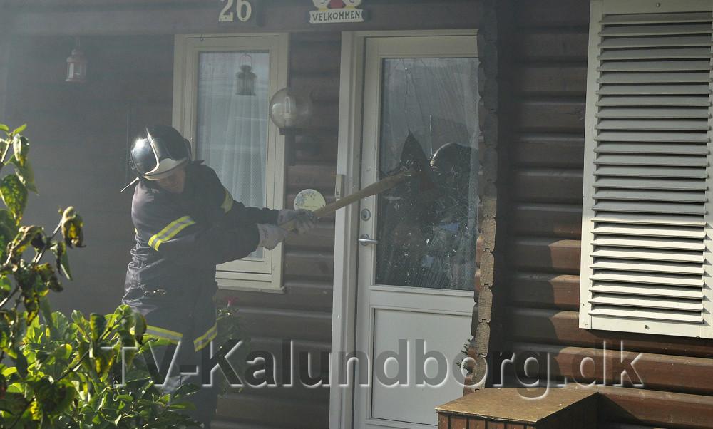 Brandfolkene smadrede vinduet i døren til huset. Foto: Jens Nielsen