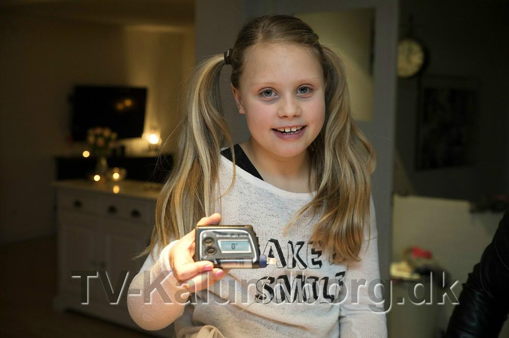 Otte gange om dagen skal 9-årige Thilde Mai stikke sig i fingrene for at måkle blodsukkeret, men det er slet ikke nødvendigt. Foto: Jens Nielsen