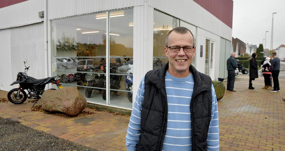 En glad Rene Jensen foransin nye forretning, DTN Scooter, på Slagelsevej 28 i Kalundborg. Foto: Jens Nielsen