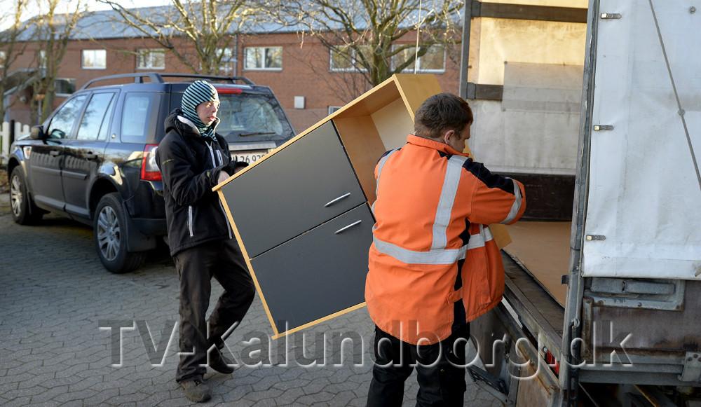Marcus Petersen og Mathias M. Østerild bakser en af de mange reoeler ind på lageret. Foto: Jens Nielsen