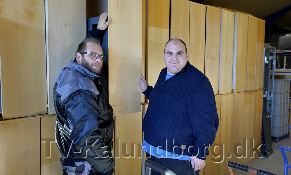 Peter Juel Madsen og Daniel Larsen ved rækken af de mange reoler. Foto: Jens Nielsen