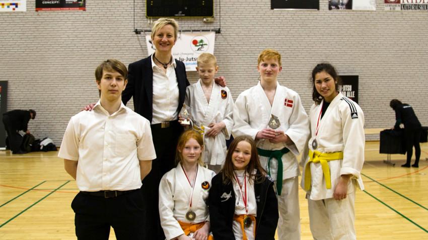 De fem kæmpere fra Høng Ju-Jitsu klub kom hjem med fem medaljer – de to endda af guld!, her sammen med instruktør Birgitte Dalsgaard. Privatfoto