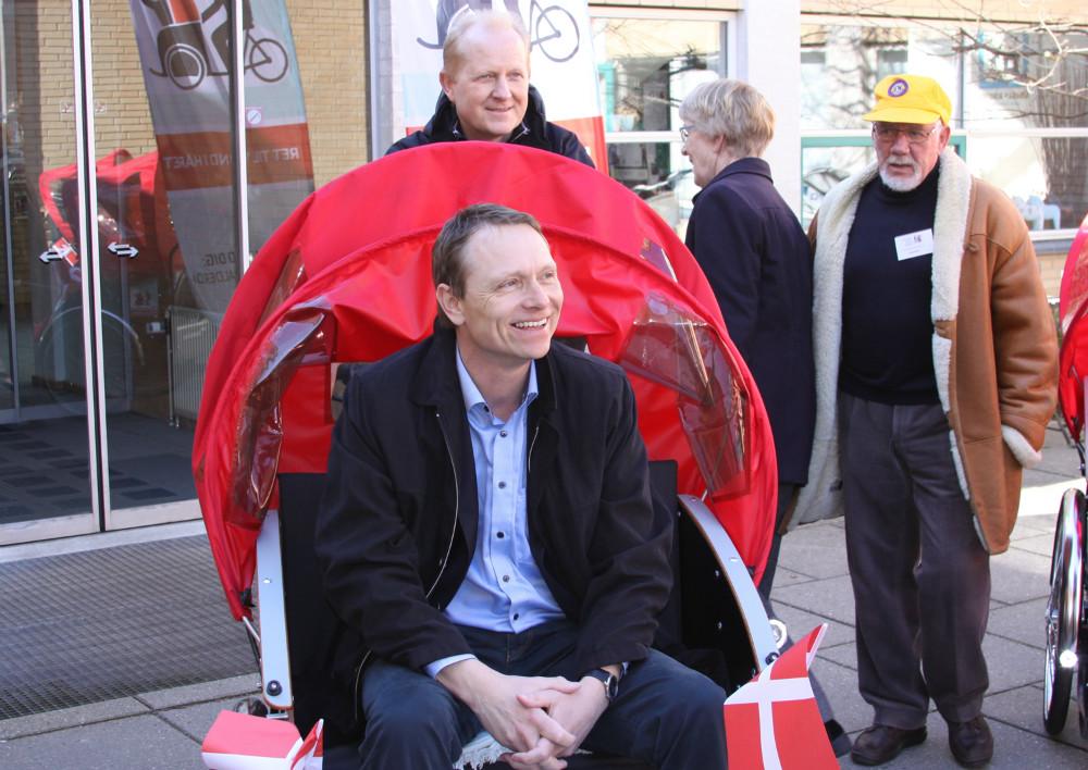Viceborgmester i Kalundborg, Peter Jacobsen (DF) siddende i rickshaw, Tidl. verdensmester i mountainbike, Henrik Djernis ved pedalerne. Foto: Gitte Korsgaard