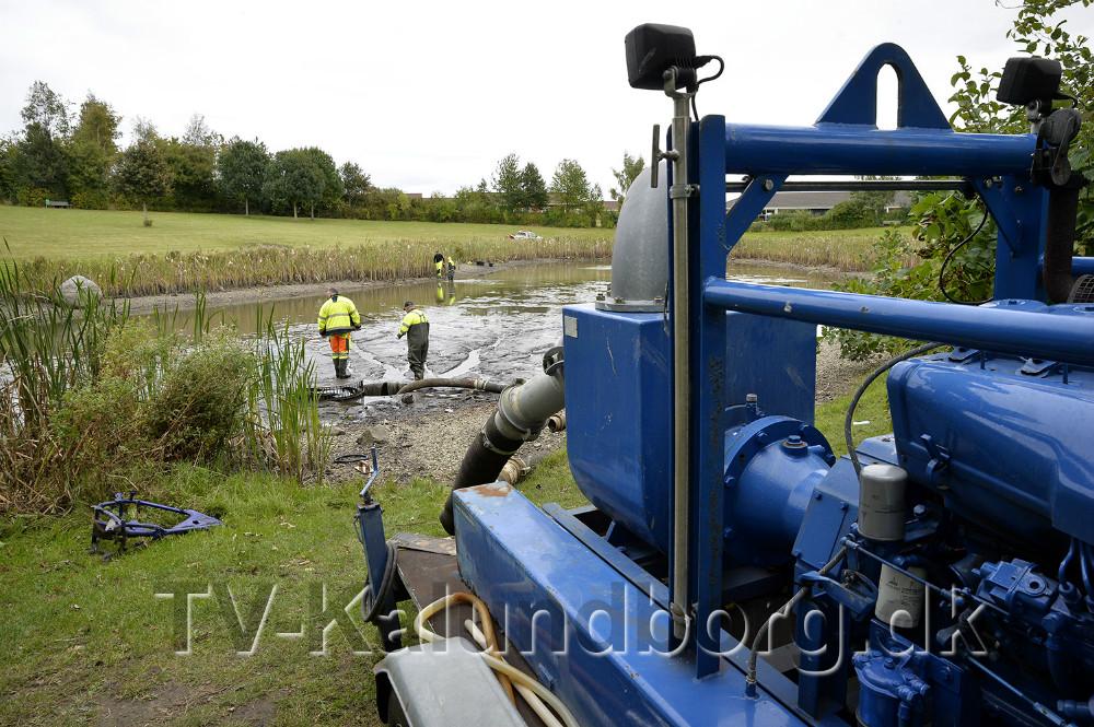 Regnvandsbassinet iØstergårdsparken i Ubby bliver tømt så slam i bunden kan renses op. Foto: Jens Nielsen