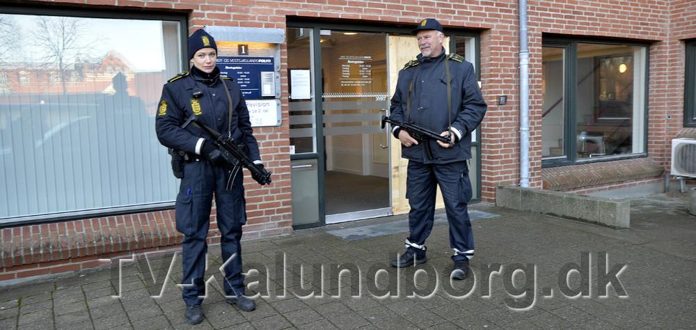To bevæbnet betjente holder vagt ved Kalundborg Politi. Foto: Jens Nielsen