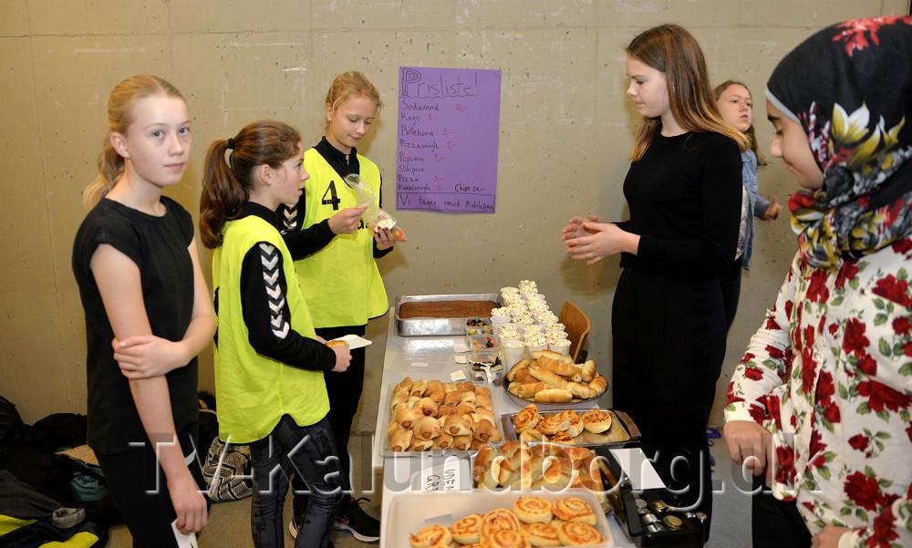 8. klasse fra Nyrupskolen solge mad og drikke. Foto: Jens Nielsen