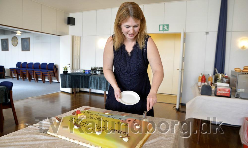 Janni Falster tager første stykke af den flotte lagkage. Foto: Jens Nielsen