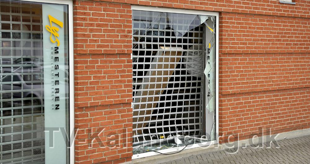 En bil er bakket ind gennem vinduet til Expert i Elmegade, Kalundborg. Foto: Jens Nielsen