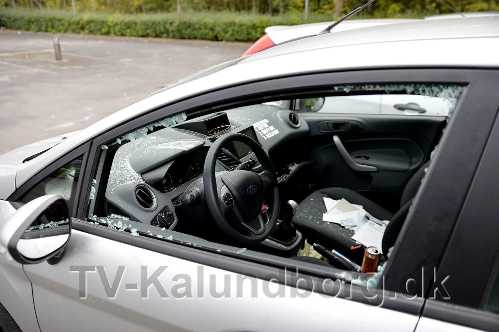 Sideruden er smadret og bilen er gennemrodet. Foto: Jens Nielsen