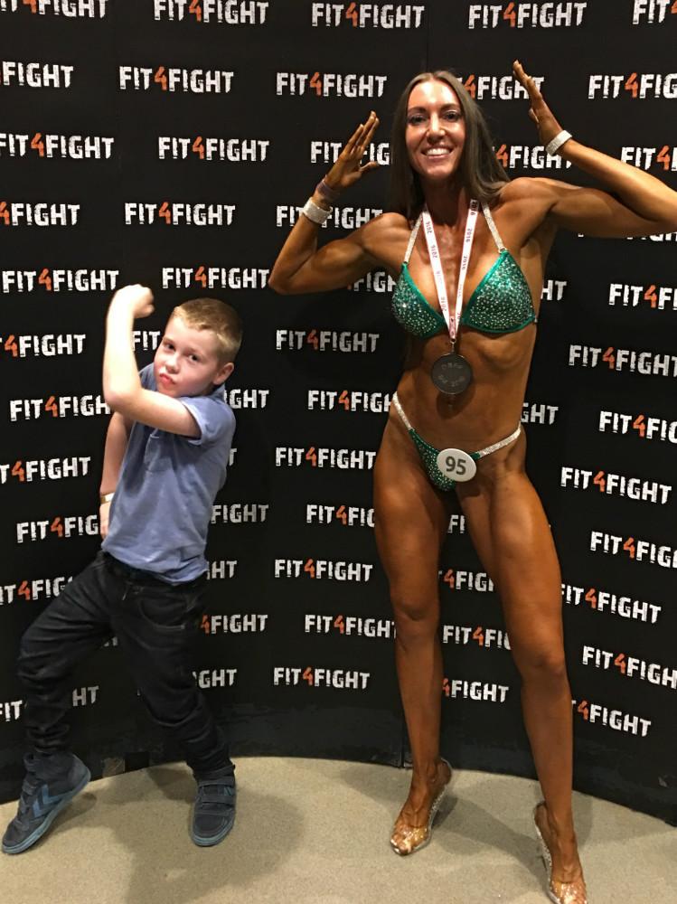 Trine Louise Larsen (sammen med sin søn Sebastian) vandt sølv til DM i Biniki Fitness Master  352016