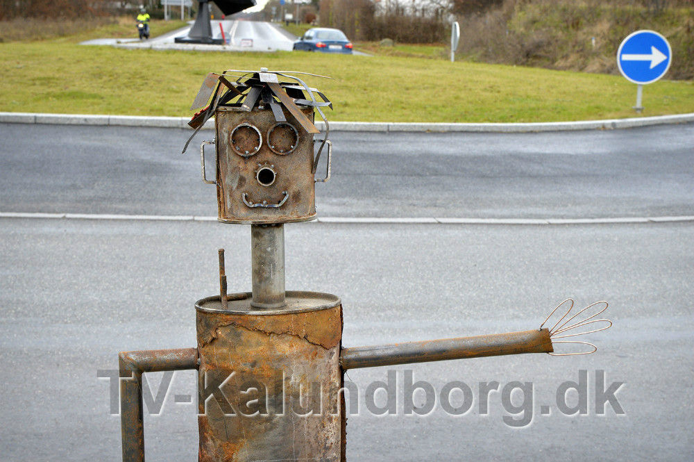 Robert står stadig i rundkørslen på Holbækvej i Kalundborg. Foto: Jens Nielsen
