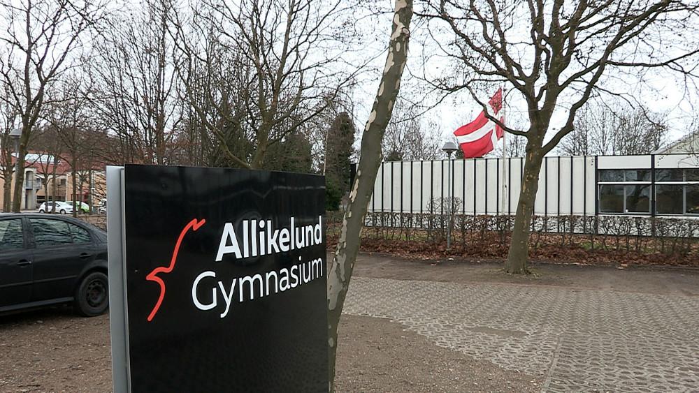Flaget var på halv stang helemandagen på Allikelund Gymnasium på grund af den tragiske ulykke. Foto: Jens Nielsen