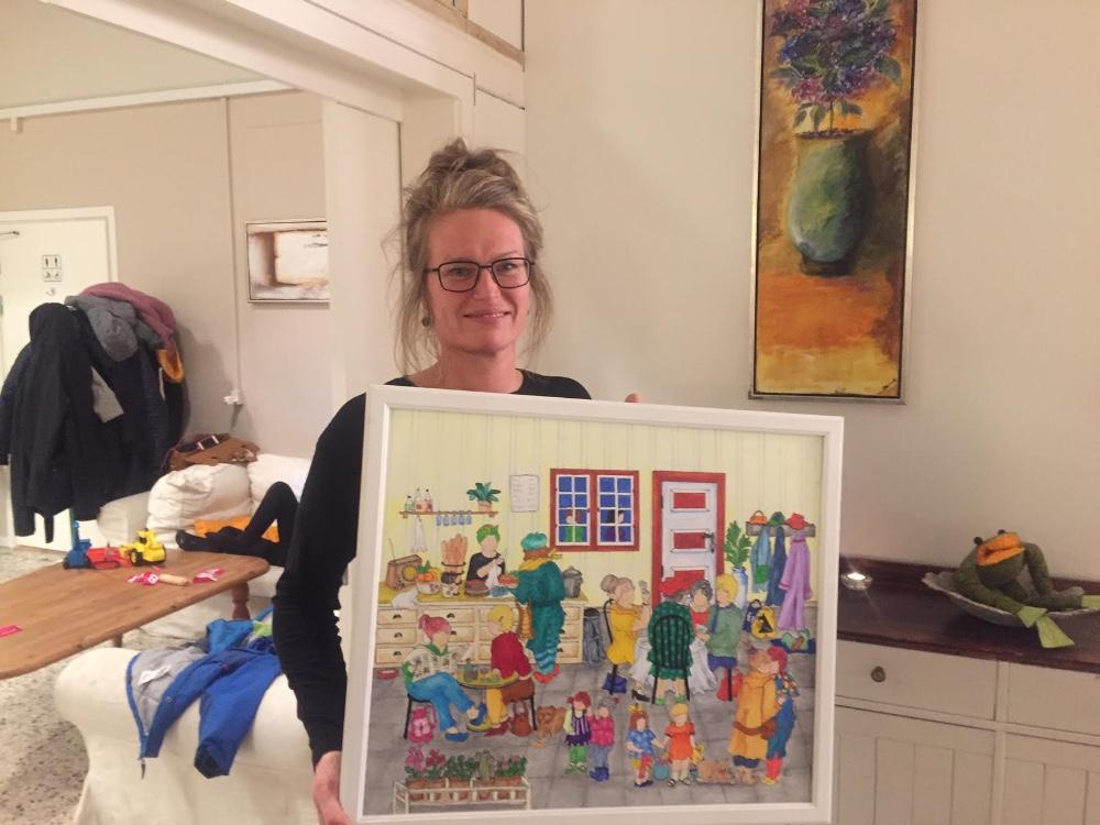 Louise Kolbjørn, der er stifter og bestyrelsesmedlem af SYMB! i Kalundborg med SYMB!s pris fra Det Radikale Venstre - billedet malet af Britt Zenth. Foto: Gitte Korsgaard