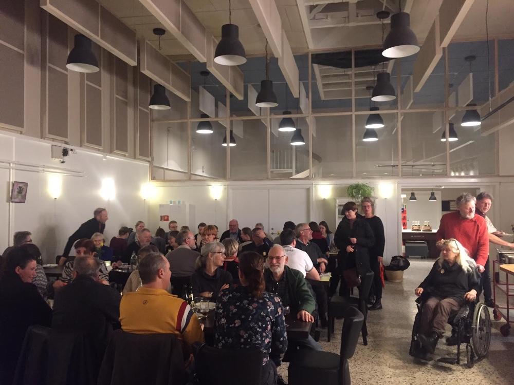 Folkekøkken på Café Solsikken i går, hvor Det Radikale Venstre Kalundborg overakte SYMB! ´Liv i Kalundborg´ prisen. Foto: Gitte Korsgaard.