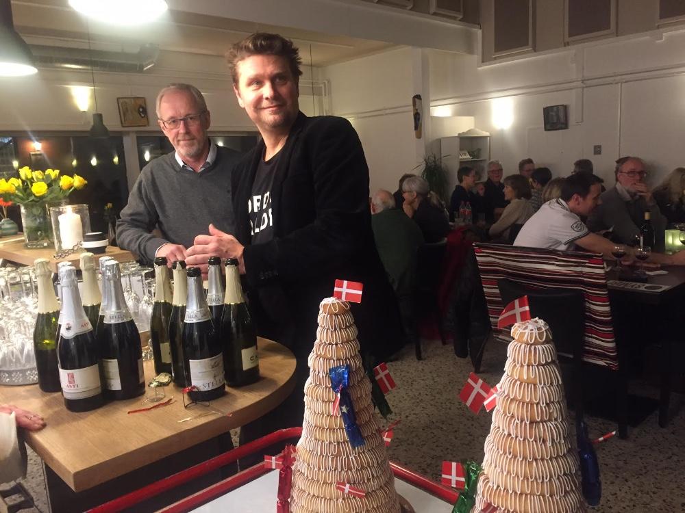 Der bliver åbnet Asti og spist kransekage. Foto: Gitte Korsgaard