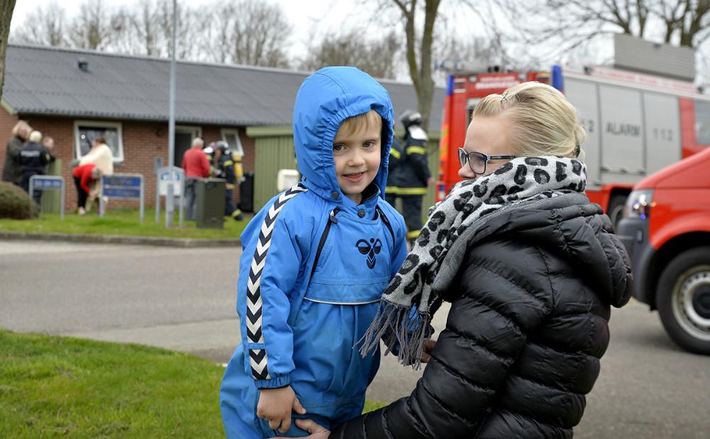 Når man kun er fire år er det spændende når der kommer brandbiler på vejen. Foto: Jens Nielsen