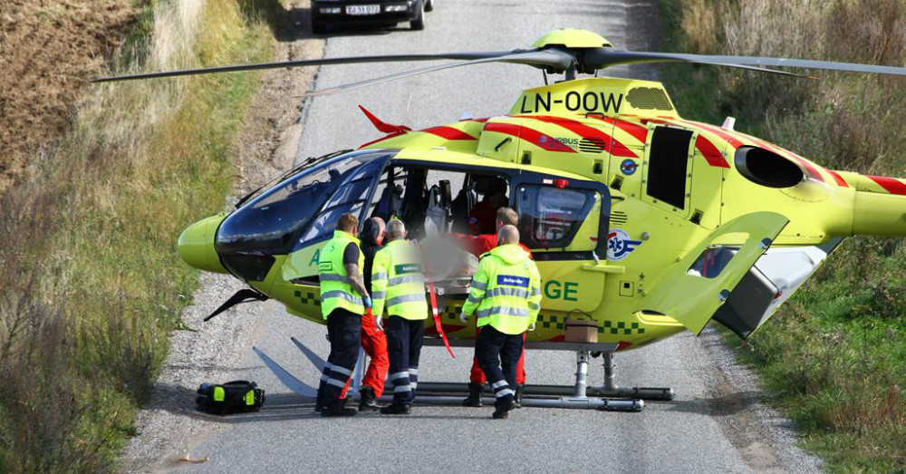 En motorcyklist blev svært kvæstet lørdag lige omkring middag på Kattrupvej ved Tissø. Foto.: Skadestedsfotograf.dk – Johnny D Pedersen