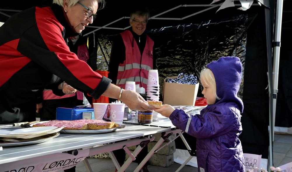 En lille pige købte et stykke lyserød kage hos Kræftens Bekæmpelse. Foto: Jens Nielsen