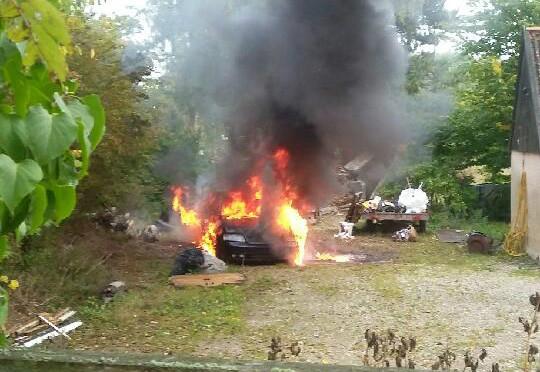 En Audi personbil gik op i flammer søndag eftermiddag ved en ejendom nær Tissø. Foto: Dorrit G. Sødorf