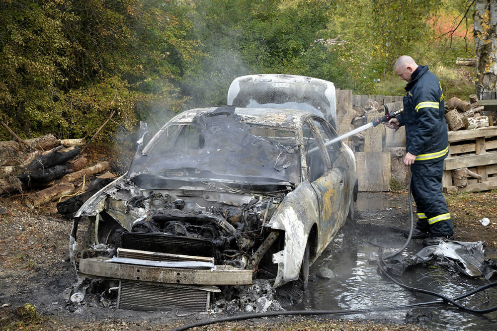En Audi personbil gik op i flammer søndag eftermiddag ved en ejendom nær Tissø. Foto: Jens Nielsen