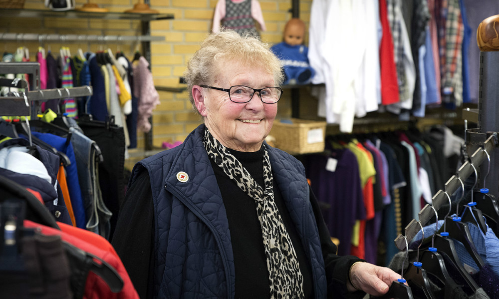 Herdis Rasmussen i Røde Kors butikken i Ubby. Foto: Jens Nielsen
